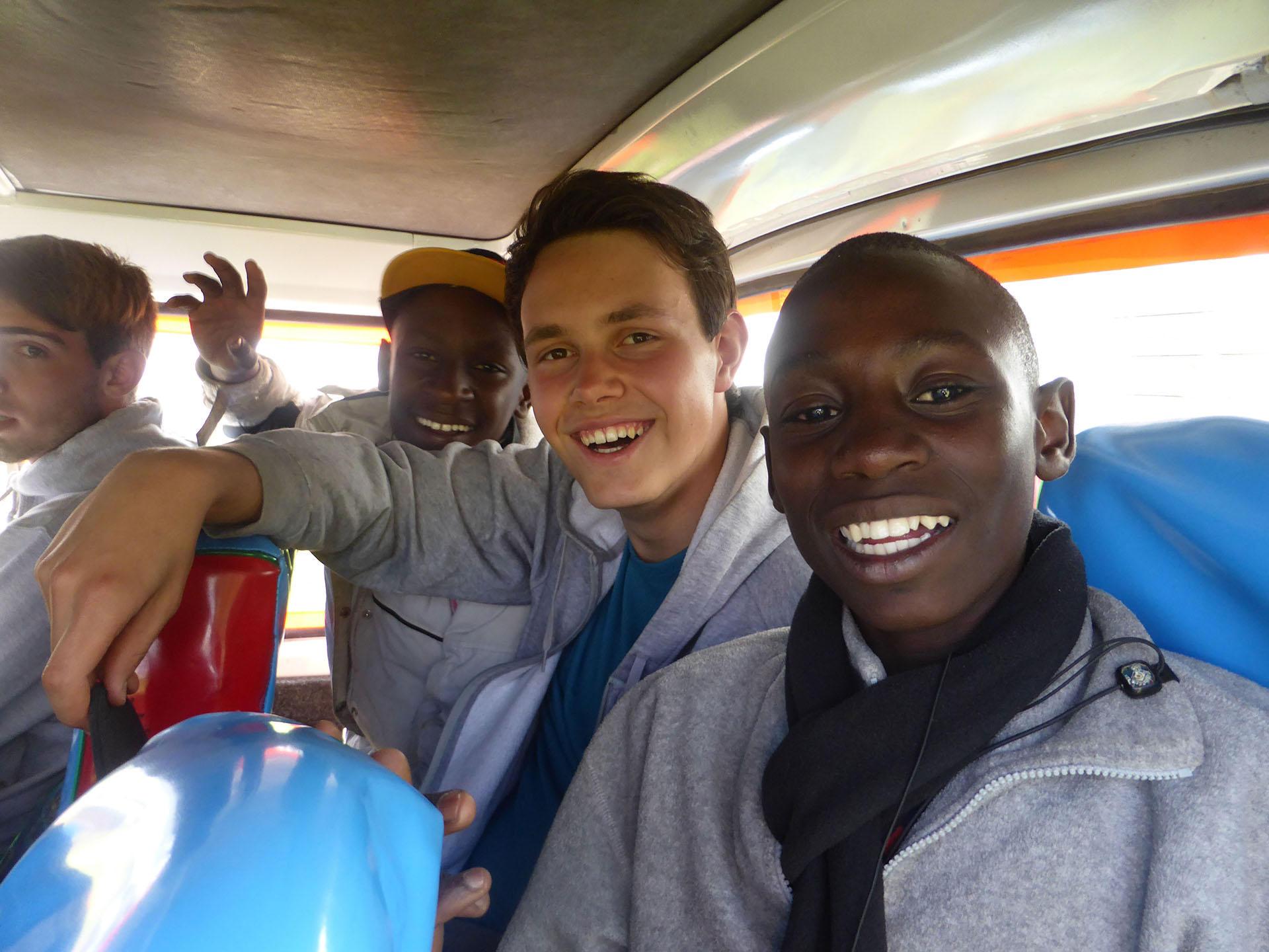 Kenia, Notebookspende von ho.Systeme, Schulbus mit Jungen