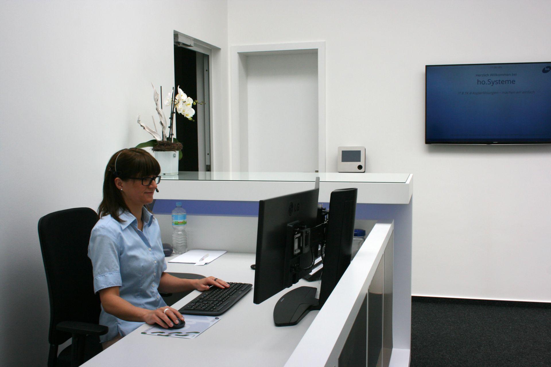 Liane Röser am neuen Empfang bei ho.Systeme