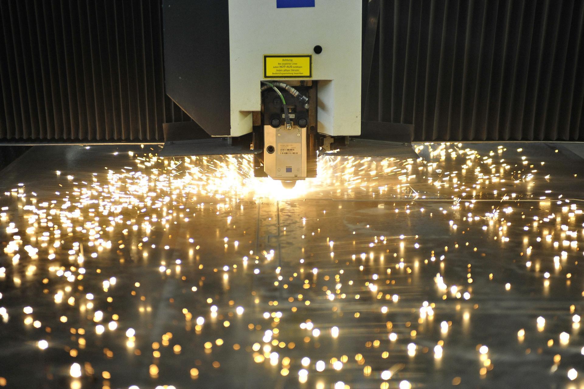 Laserschneider scheidet Teile aus einem Blech
