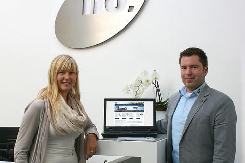 Nadine Witt und Michael Müller bei der Spendenübergabe in Form eines Notebooks.